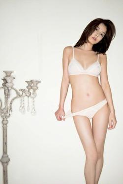 【3次綺麗なお姉さん】モデル・杉本有美の白下着脱ぎかけエロス画像!