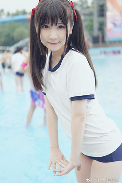 ツインテールな体操服ブルマ少女のプール撮影!
