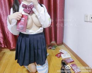 【清楚系ビッチ】JK制服に縞しまニーソでエロ自撮りする巨乳素人娘画像!