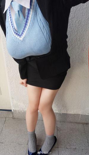 細身ロケット乳なコスプレイヤーの乳袋&デカパイ強調写真☆