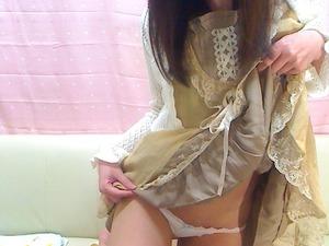 【ビッチポーズ】清楚ビッチたるもの自分でスカート捲ってパンツ見せ自撮りするのはデフォですwww