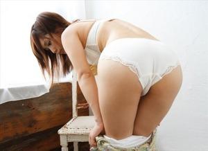 【清楚系ビッチ】やっぱり白い下着姿の女が清潔感あっていいよねwの図