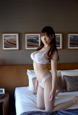【清楚系ビッチ】高身長で癒し顔!しかも乳もデカい女って甘えさせてくれそうでエロいよねwww香山美桜画像