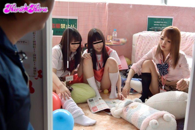 ゲームセンターでの高校生がセーラー服・ニーソを装備してもらった画像