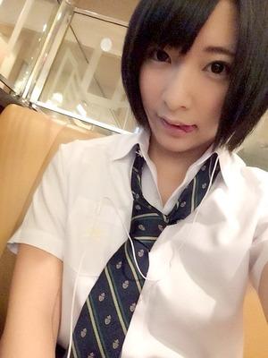 小倉ゆず似の黒髪ショートヘア美少女がJKコスでおっさんに抱かれとるwww