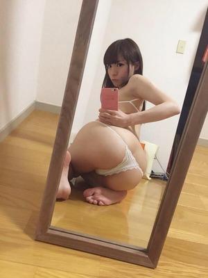 鏡を使ってテクニカルなアングルで魅せるwww自撮り慣れした女画像www