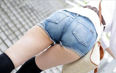 【美脚ビッチ】ホットパンツ女子のエロい太腿、プリケツ画像の図