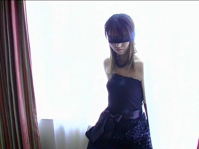 風パンチラのロリ妹が学校内で撮られた同級生の痴態の画像