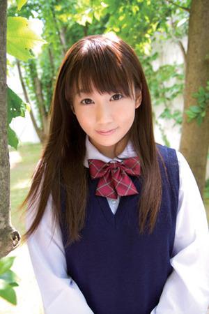【黒髪ロリビッチ】低身長なロリ女優「篠宮ゆり」がちっこすぎてエロい!の図