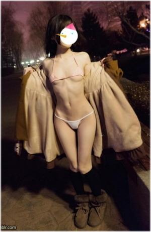 【清楚系ビッチ】ちっぱい美少女がマイクロビキニで野外露出撮影www