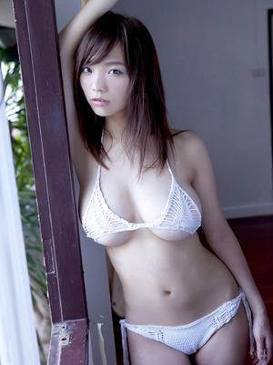 【おっぱいビッチ】白ビキニ、白下着を身につけた巨乳ちゃん画像!
