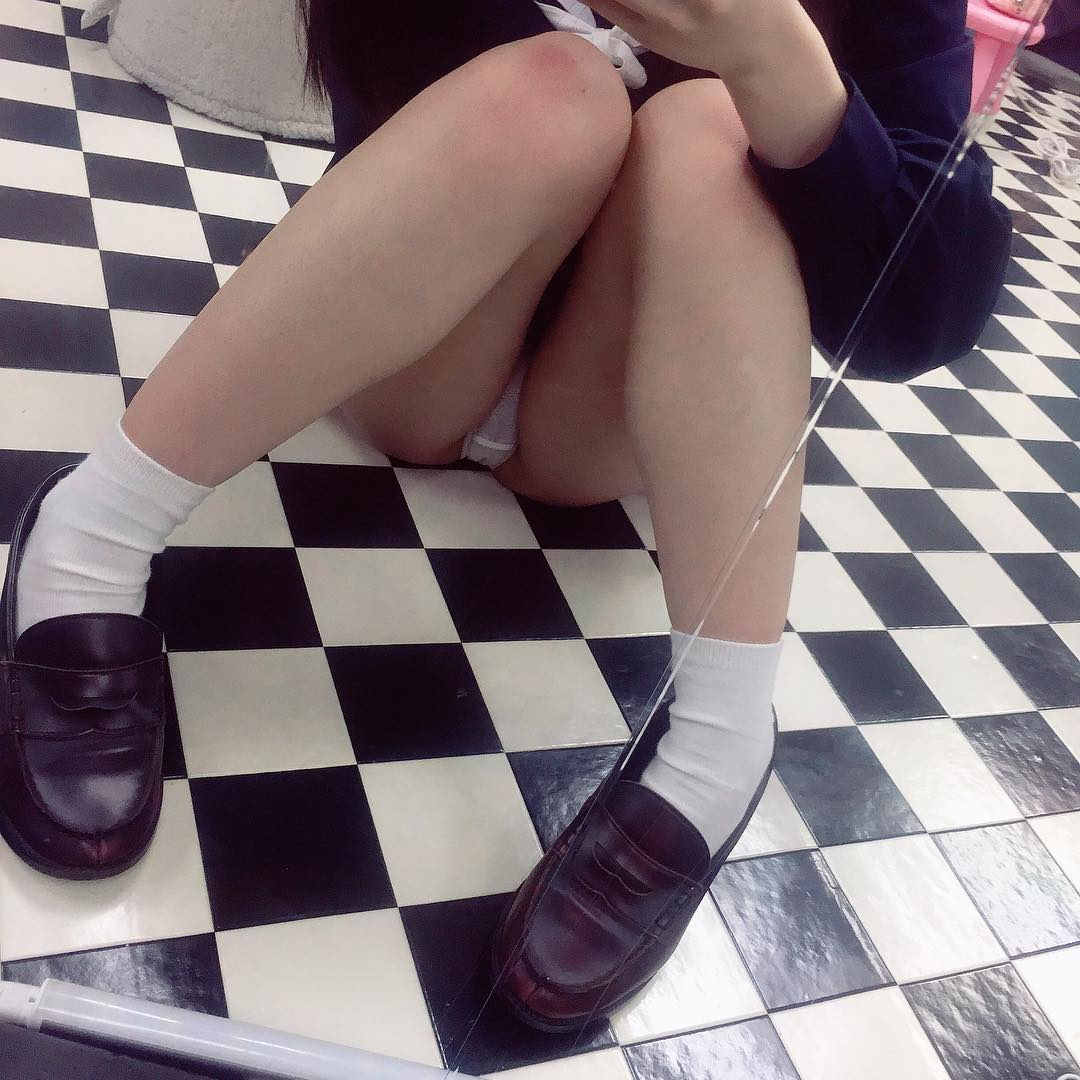 (闇深)10代小娘見学クラブの生々しいパンツ丸見え写真☆