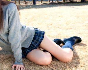 制服ミニスカ女子のすべすべ柔肌なふともものフェチエロ画像!