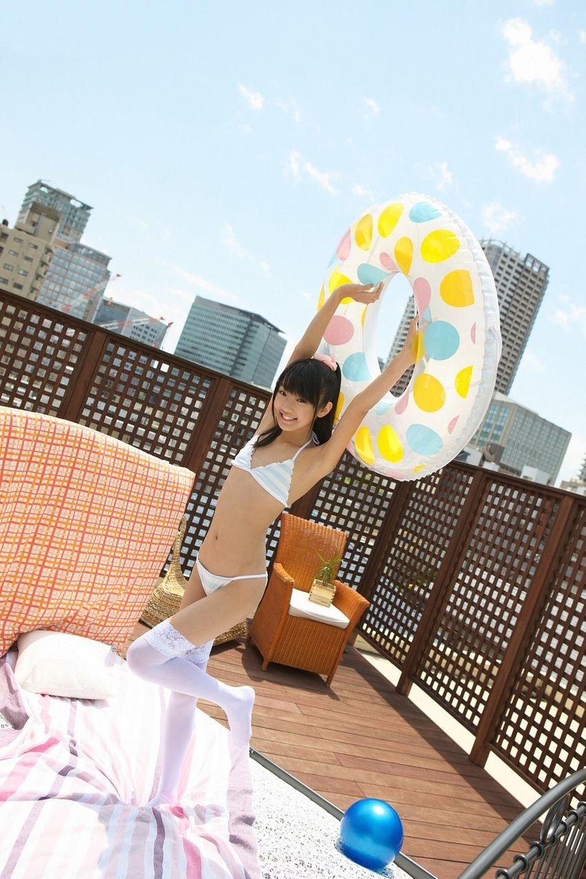 地下アイドルの中高生の妹がこんな態勢でマンコを撮られる画像