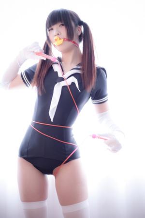 スケスケにスク水型。エロい方にアレンジされたセーラー服がなかなか良い!