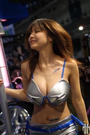 【清楚系ビッチ】乳のデカさで話題になったキャンギャル、コスプレイヤー画像www