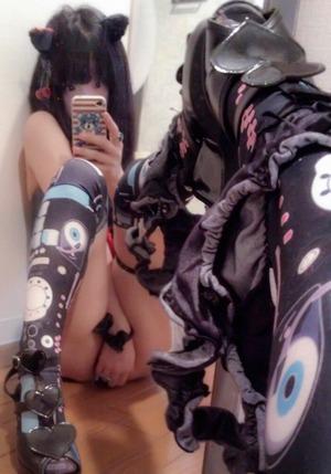 【清楚系ビッチ】オタクを殺すアキバ系コーデでエロ自撮りする素人娘画像www