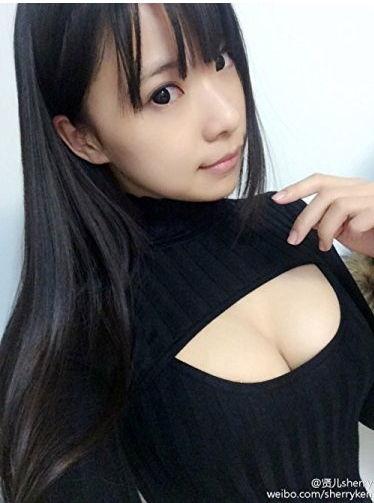 【巨乳】胸もと穴あきニットの清楚ビッチ感にムラムラする!の図