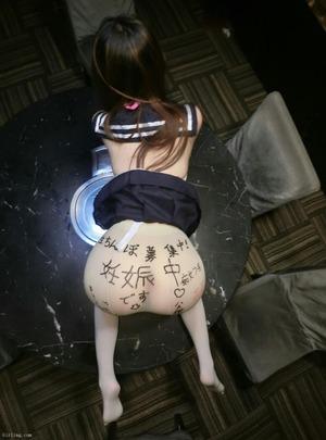 【素人ビッチ】JK制服に淫語落書きな流出エロ画像!