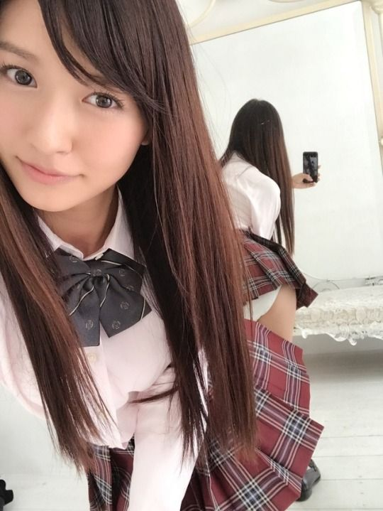 やっぱ美少女のJK制服は最高ですわwww生足白パンツが尊いものwww