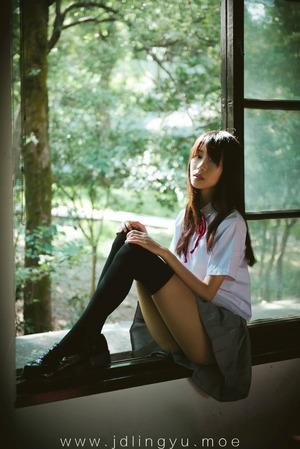 【清楚系】儚げオーラにグっとくるニーソな制服美少女画像!