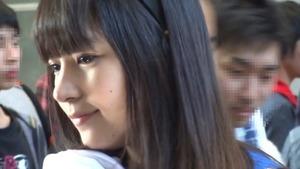 【清楚系ビッチ】この美少女がイベント会場で黒Tバックの半ケツ晒します!