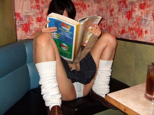 ミニスカすぎる女子中学生がマンコの膨らみ部分を覗き見せよ画像