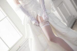 (純粋系ビッチ)ウェディングドレスと白いガーターベルト美足のえろ写真☆