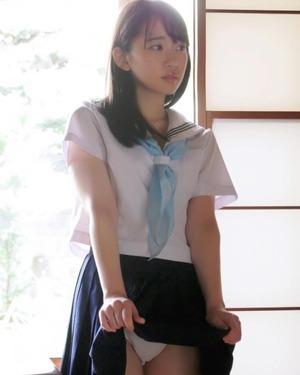 白いパンツの女子高校生が心惹かれてしまう魅惑の穴の画像