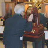 聖尊寺で摩尼車を回す御参拝者