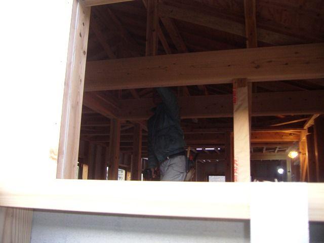 重富の家・天井下地施工中の大工さん