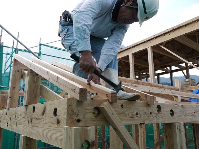 重富の家・建て方2日目作業中の大工さん