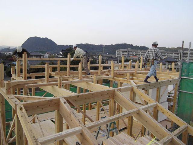 重富の家・建て方中の大工さんたち1