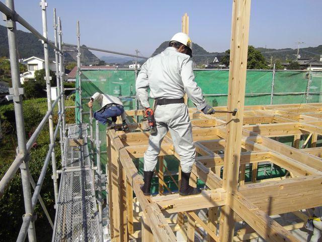 重富の家・建て方1日目大工さんたち2
