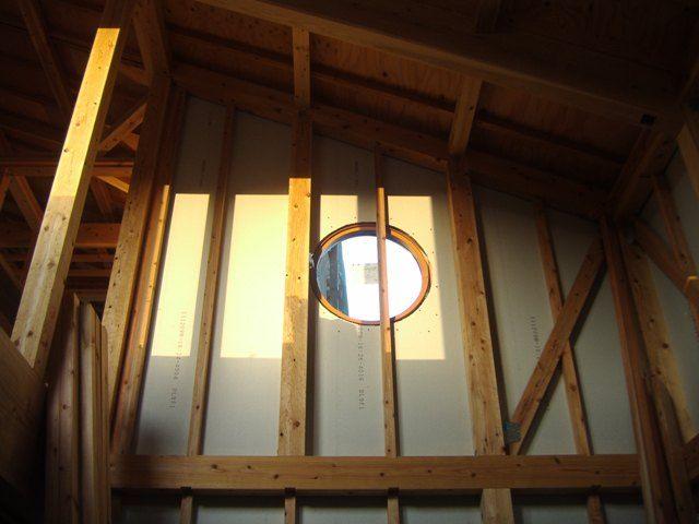 重富の家・吹抜けからみえる丸窓の光