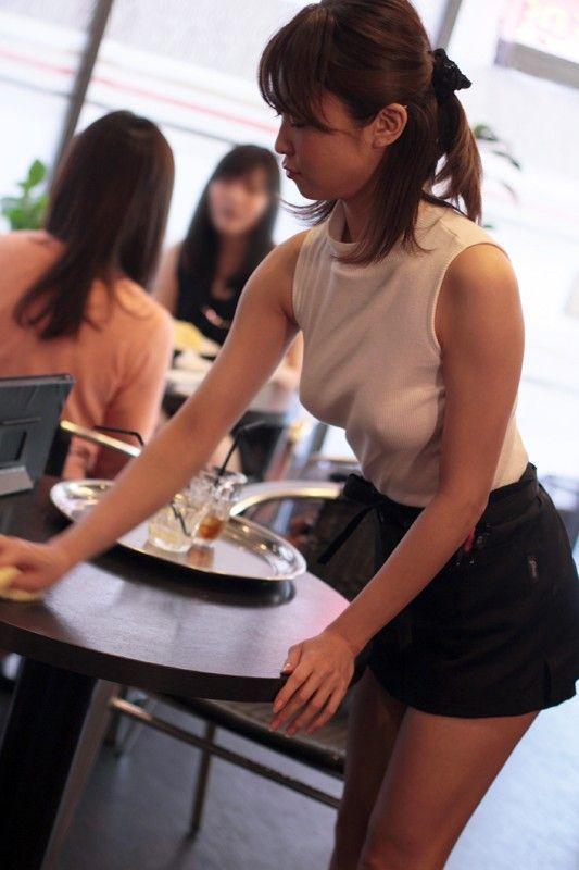 乳首透けながら喫茶店で仕事してる女