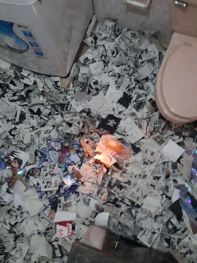 BLEACHオタ発狂トイレ単行本燃やす