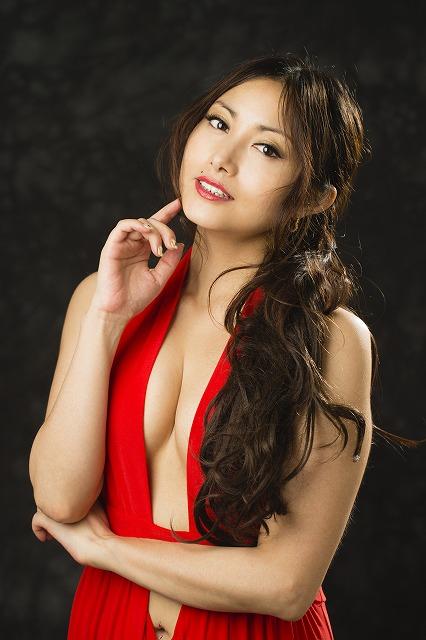 赤いドレス姿のたかはし智秋