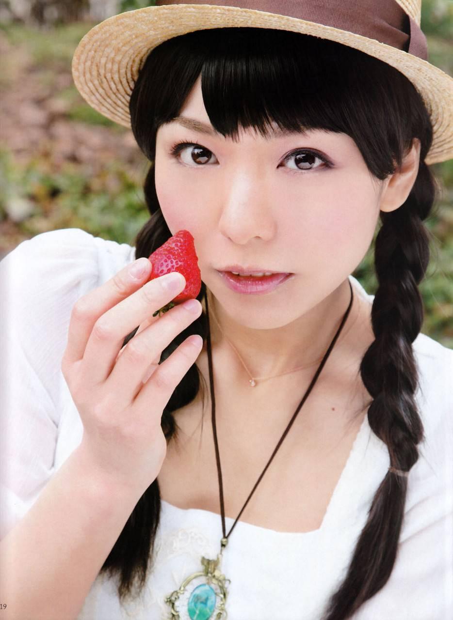 イチゴを持つ豊崎愛生