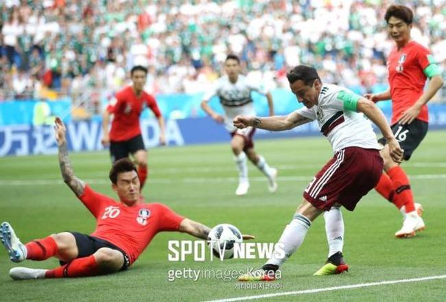 【サッカーW杯】海外「韓国VSメキシコの試合でチャン・ヒョンスがハンドの反則でメキシコがPKを決め先制される」 海外の反応
