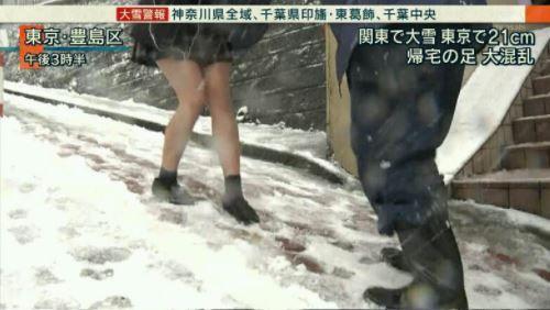 大雪でもミニスカートの日本の女子高生