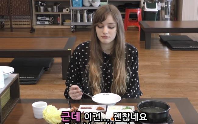 生牡蠣を食べるドイツ人美女