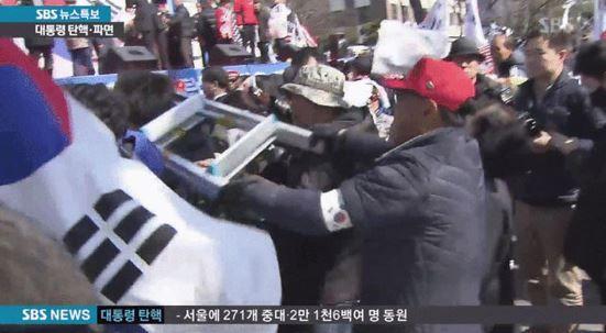 朴槿恵元大統領弾劾反対集会で記者に暴行を加える