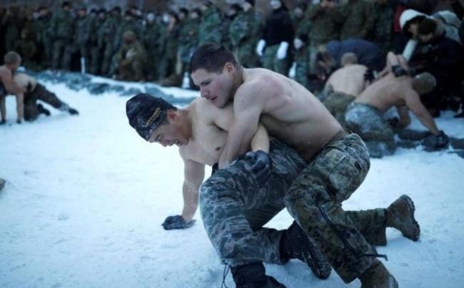 上半身裸でレスリングをする軍人