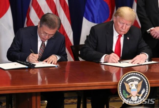 トランプ大統領「韓国語は美しい!ハングルで書かれた自分の名前は素晴らしいです!」ムン大統領に自分の万年筆をプレゼント 韓国の反応