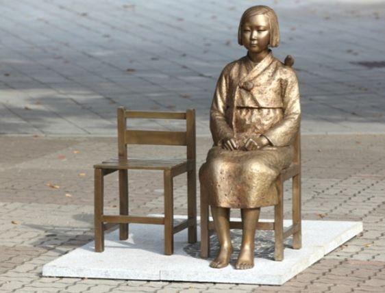 韓国の70代男性が慰安婦像を撤去しようとする