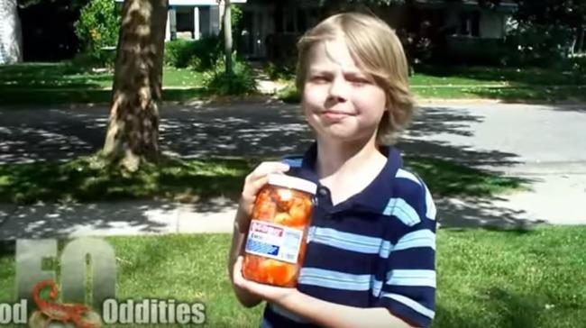 キムチの瓶をもった白人美少年