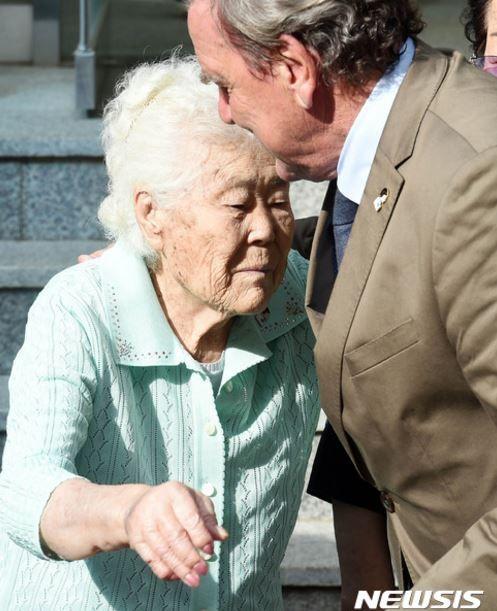 慰安婦被害者と会うシュレーダー元首相