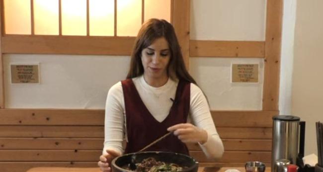うどんを食べるイスラエル人美女