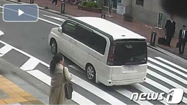白い車で逃走する容疑者